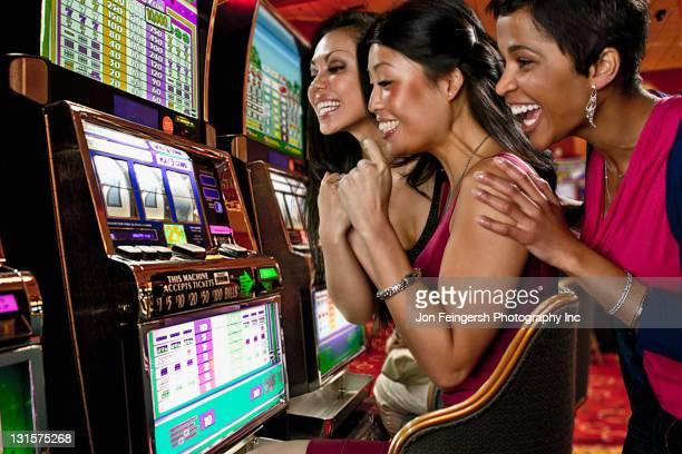 Donne giocano a casinò 301988